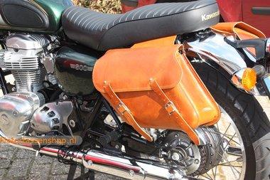 Kawasaki W800 motortassenset, cognac nerfleder, 2x13L, C4080c